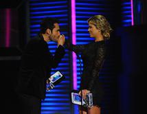 Fabián Ríos beso la mano de la actriz Ximena Duque.