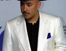 ¿Lupillo Rivera con traje blanco y sombrero?