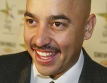 ¿Lupillo Rivera de traje y look profesional?