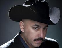 ¿Lupillo Rivera vestido con traje, corbata, y sombrero?