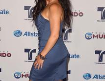 ¿Penélope Menchaca vistiendo un vestido azul y una sonrisa muy seductora?