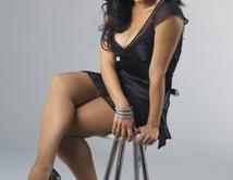 ¿Penélope Menchaca vestida de negro oscuro y bien sexy?