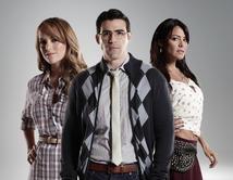 Alex y Carolina aceptan la propuesta de Natalia y se van los tres a la cama.