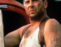 Sin los músculos de Schwarzenegger ni las artes marciales de Van Damme, el policía John McClane fue capaz de vencer descalzo a una banda de terroristas.