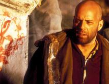 Aquí interpretó a un preso que realiza un viaje en el tiempo para entender las causas del fin del mundo.