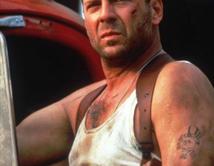 El oficial de policía John McClane pasaba una navidad distinta atrapado en un rascacielos de Los Ángeles.