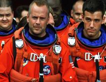 Harry Stamper comanda un grupo de astronautas que viajan al espacio para destruir un meteorito que amenaza destruir la tierra.