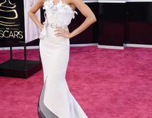 Zoe Saldana en la alfombra roja de los Oscar
