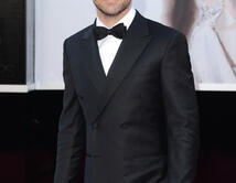 Chris Pineen la alfombra roja de los Oscar