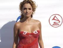 """La nueva 'coach' de """"La Voz Kids"""" siempre deja su marca en el mundo de la moda al desfilar por las diferentes alfombras rojas y eventos. VOTA por tu look favorito de Pau."""