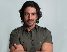 Es un hombre atractivo, alto, musculoso y romántico. Es muy trabajador y buena gente. ¿Qué más puedes pedir?