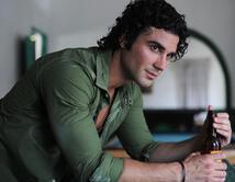 Con una simple postura de inspiración y esos rulitos sexys, José Luis logra que más de una se desmaye a sus pies.