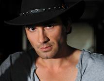 Es evidente que su mejor faceta es la de vaquero seductor por el sombrero que remarca sus rasgos fuertes.