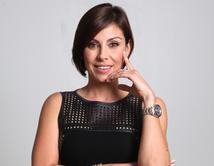 Con el gusto impecable de una diseñadora, Esther es hermosa e inteligente.