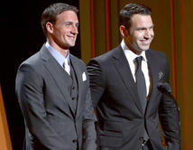 El athleta olímpico y el actor presentando juntos un premio