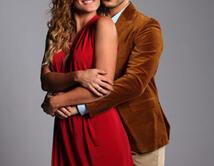 Karina se aprovecha de José Manuel para captar el interés de otro hombre.