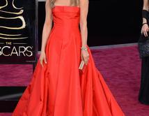 Con un vestido rojo en la alfombra