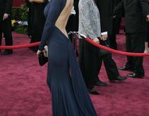 En 2005, con un vestido azul escotado