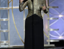 """La actriz, actitud de borracha, y con un martini en una mano y sus zapatos en la otra presentó """"Mejor Guión de Película""""."""