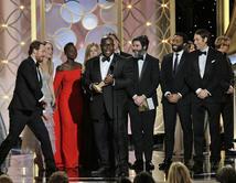 """Momento emotivo cuando Johnny Depp entregó el Golden Globe a la """"Mejor Película de Drama"""" que el elenco de """"12 Years a Slave"""" subió a recibir."""