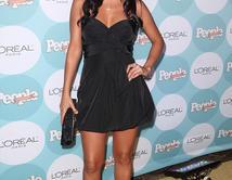 Romántica y muy sensual, ella sabe que ese corto vestido negro le regala un toque de elegancia a su rostro angelical.