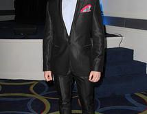 Impecable como siempre, Eugenio decidió dejar la corbata de lado sin perder su elegancia en un traje que lo hace brillar.