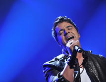 """La voz de la música pop Luis Fonsi, que durante el mes de febrero lanzó """"Corazón en la Maleta""""."""