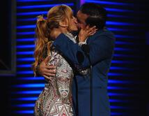 El beso de Aylín Mújica y Daniel Sarcos
