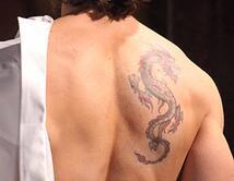 """El galanazo lleva un tatuaje de dragón en su espalda para """"Reina de Corazones"""""""