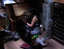 Elena encuentra el baúl con todas las cosas que ha usado Mónica en su venganza.