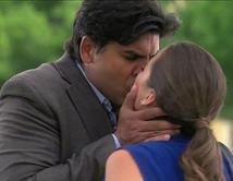 Gerardo besa a Mónica y Elena los ve.