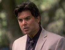 Mónica le dice a Gerardo que Elena está envenenando a Emiliana.