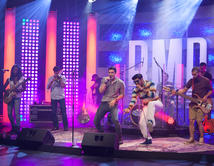 José Guillermo y Bachaco interpretaron el tema de la banda en el quinto show.