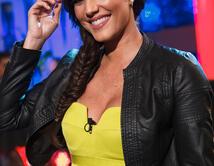 Gaby brilló con este vestido amarillo y chaqueta negra en las primeras presentaciones del show.