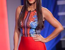 Gaby mostró su bella figura con una blusa y falda pegada al cuerpo de color rojo.