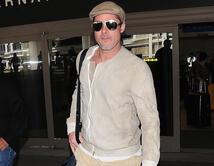 El actor mantiene un look relajado acompañado de accesorios como gorros y gafas de sol.