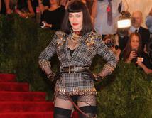 Es el centro de atención a donde quiera que vaya por su vestuario estrambótico y sensual.