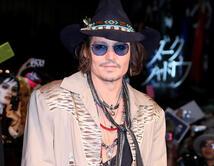 Muestra un estilo muy particular con gafas, pañuelos y otros accesorios que le dan un look tétrico y eccéntrico.