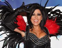 Viste muy provocativa con accesorios llamativos y estilo rockero muy característico de la cantante.
