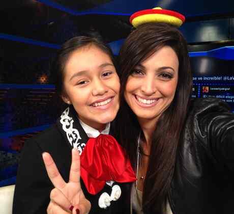 Giselle Lopez con la reportera digital de La Voz Kidsc