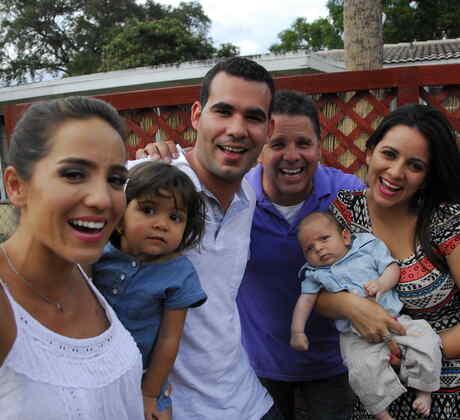 Selfie de Andrea Minski y José Pérez con la familia en SOS Salva Mi Casa