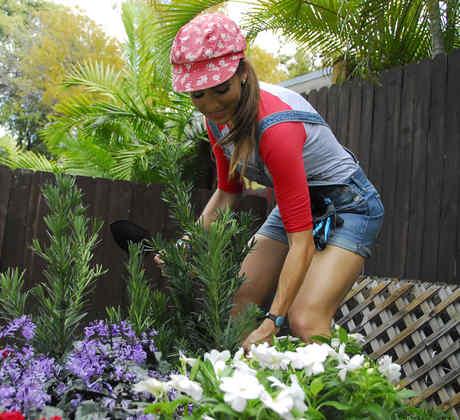 Andrea Minski sembrando flores en el jardín de la cuarta casa en SOS Salva Mi Casa