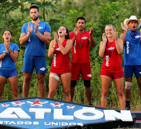 Los ocho finalistas aplauden