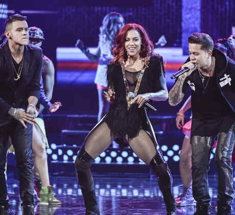 "Natalie La Rose, Kevin Roldan and De La Ghetto sing ""Somebody"" at the Latin AMAs 2015"