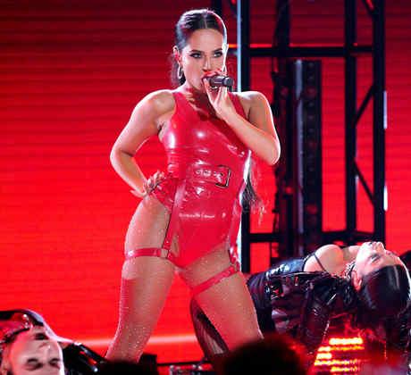 Becky G canta con un body de látex rojo en los Latin AMAs 2019