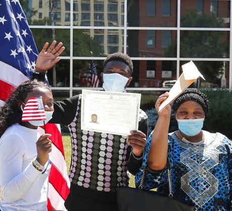 Albert Baraka celebra con su hermana y madre la obtención de la ciudadanía en Lawrence, Massachusetts.