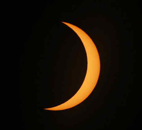 La luna se mueve a través del sol durante un eclipse solar en el camino de la totalidad.