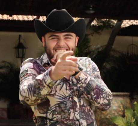 """Gerardo Ortiz detrás de camaras de la grabación de su nuevo video musical """"El Cholo"""""""