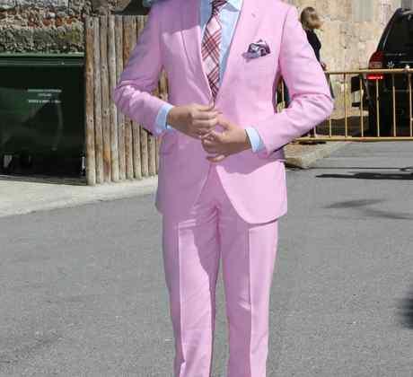 Boris Izaguirre vestido de rosado para boda en Las Vegas