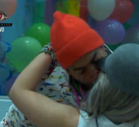Beso de Pedro y Yaya en la casa de Gran Hermano